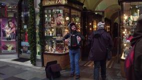 VIENA, AUSTRIA - DICIEMBRE, 24, 2016 El jugar del músico de la calle bayan o acordeón Fotografía de archivo libre de regalías