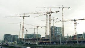 VIENA, AUSTRIA - DICIEMBRE, 24 grúas en el emplazamiento de la obra grande Los edificios de lujo del icono en centro de ciudad Imagen de archivo