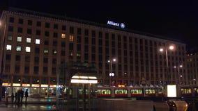 VIENA, AUSTRIA - DICIEMBRE, 24, 2016 Oficina de Allianz en la noche Fotografía de archivo