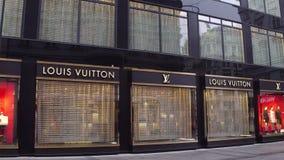 VIENA, AUSTRIA - DICIEMBRE, 24 tiros de Steadicam de tienda grande de Louis Vuitton Uno del lujo del objeto de valor del ` s del  almacen de video