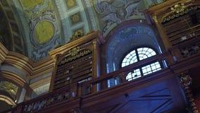 VIENA, AUSTRIA - DICIEMBRE, 24 tiros interiores de Steadicam de biblioteca nacional austríaca vídeo 4K almacen de metraje de vídeo
