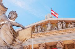 Viena, Austria Edificio austríaco del parlamento con el statu de Athena fotos de archivo libres de regalías