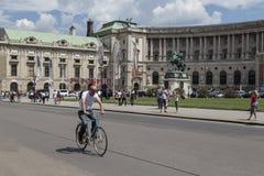 Viena, Austria - Julay23 - los turistas disfruta de una visita de la ciudad Hombre joven en una bicicleta en Viena el 23 de julio Foto de archivo libre de regalías