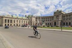 Viena, Austria - Julay23 - los turistas disfruta de una visita de la ciudad Hombre joven en una bicicleta en Viena el 23 de julio Foto de archivo