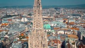 Viena, Austria - junio de 2019: Tiro aéreo del horizonte de la ciudad Catedrales y paisaje urbano Emplazamientos turísticos signi metrajes