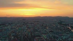Viena, Austria - junio de 2019: Tiro aéreo del horizonte de la ciudad Catedrales y paisaje urbano Emplazamientos turísticos signi almacen de metraje de vídeo