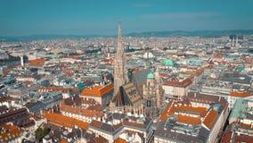 Viena, Austria - junio de 2019: Tiro aéreo del horizonte de la ciudad Catedrales y paisaje urbano Emplazamientos turísticos signi almacen de video