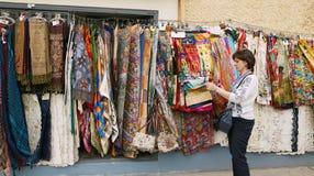 Viena, Austria La muchacha en el mercado elige las mercancías imagen de archivo