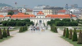 Viena, Austria - MAYO DE 2018: los turistas están caminando en jardines del belvedere austríaco viejo del palacio metrajes