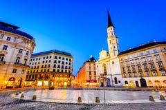 Viena, Austria - Michaelerplatz en la noche fotografía de archivo