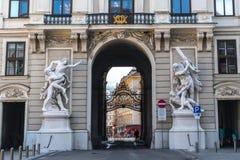 Viena, Austria - septiembre de 2017 - el castillo interno de Hofburg de la estatua vieja en el arco del paso foto de archivo libre de regalías