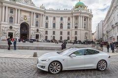 VIENA, AUTRIA - 10 DE OCTUBRE DE 2016: Palacio de Michaelerplatz y de Hofburg en Viena, Austria Coche de Tesla imagen de archivo libre de regalías