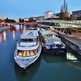 Viena en la noche, canal de Danubio foto de archivo