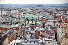 Viena en paisaje urbano de Austria, capital con el tejado de St Stephen Cathedral Opinión sobre la bóveda de la iglesia del ` s d foto de archivo