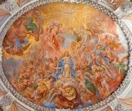 Viena - fresco barroco da coroação de Mary santamente da cúpula da igreja do monastério em Klosterneuburg fotos de stock royalty free