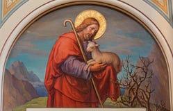 Viena - fresco de Jesús como buen pastor de Josef Kastner 1906 - 1911 en la iglesia de Carmelites en Dobling. Imagen de archivo libre de regalías