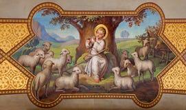Viena - fresco de pequeño Jesús como buen pastor de Josef Kastner 1906 - 1911 en la iglesia de Carmelites en Dobling. Fotografía de archivo