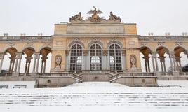Viena - Gloriette de jardines del invierno del palacio de Schonbrunn. Gloriette fue construido en el año 1775 Imagen de archivo libre de regalías