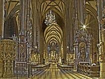 Viena - interna da catedral do St. Stephens no hdr fotos de stock