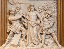 Viena - Jesus Stripped de su alivio de la ropa como una porción del ciclo cruzado de la manera en la iglesia de Sacre Coeur Fotografía de archivo libre de regalías
