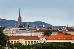 Viena, opinión del panorama de la ciudad y de montañas en fondo imagen de archivo libre de regalías