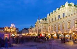 Viena - palacio del belvedere en el mercado de la Navidad imagenes de archivo