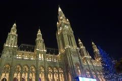 Viena Rathaus en la noche con un árbol de navidad Imagen de archivo libre de regalías