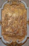 Viena - relevo da capela lateral barroco de st Francis Xavier na igreja barroco do st Annes Cena da vida de santamente fotografia de stock royalty free