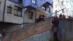 VIENA, ÁUSTRIA - DEZEMBRO, 24, 2016 gena e seu filho pequeno que faz fotos perto do expressionista famoso Hundertwasser Fotos de Stock Royalty Free