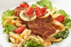 Viener schnitzel, bröad biff med franska småfiskar Royaltyfri Bild