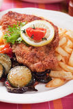 Viener schnitzel, bröad biff med sunda grönsaker Royaltyfri Fotografi