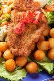 Viener schnitzel, bröad biff med sunda grönsaker arkivfoto