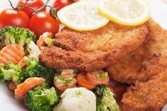 Viener schnitzel, bröad biff med sunda grönsaker Royaltyfria Bilder