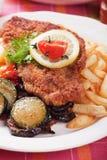 Viener schnitzel, breaded stek z zdrowymi warzywami Fotografia Royalty Free