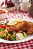 Viener-Schnitzel, paniertes Steak mit gesundem Gemüse Lizenzfreies Stockfoto