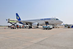 VIENGTIANE - 12月31日:寮国航空在门途中的飞机停车处 免版税库存图片