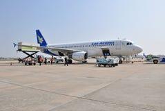 VIENGTIANE - 31 DE DICIEMBRE: Estacionamiento del avión de Lao Airlines en manera de la puerta Imágenes de archivo libres de regalías