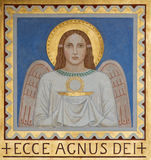 Vienna - affresco dell'angelo simbolico con l'eucaristia dalla P Verkade (1927) dall'altare laterale nella chiesa delle Carmelita fotografie stock libere da diritti