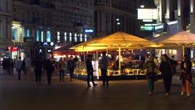 VIENNA, AUSTRIA - 11 AGOSTO 2017 Caffè de L ` Europa della via nella sera Fotografia Stock