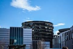 Vienna, Austria 02 03 2019 Architettura moderna degli edifici per uffici Un grattacielo da vetro e da metallo Riflessioni in Wind fotografia stock