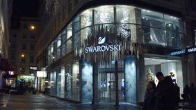VIENNA, AUSTRIA - DICEMBRE, 24 colpi di Steadicam di grande deposito di Swarovski nella sera Produttore austriaco del vetro al pi archivi video