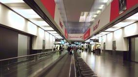 VIENNA, AUSTRIA - DICEMBRE, 24 Hyperlapse hanno sparato sul tappeto mobile del terminale di aeroporto internazionale video 4K stock footage