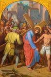 VIENNA, AUSTRIA - 19 DICEMBRE 2016: La pittura Gesù porta il suo incrocio in st Laurenz del kirche della chiesa Fotografie Stock