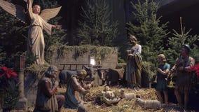 VIENNA, AUSTRIA - DICEMBRE, 24 scene di natività nel Natale hanno decorato la cattedrale del ` s di Santo Stefano colpo 4k stock footage