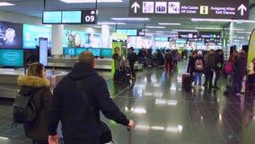 VIENNA, AUSTRIA - DICEMBRE, 24 Steadicam hanno sparato di area di reclamo di bagaglio del terminale di aeroporto video 4K archivi video