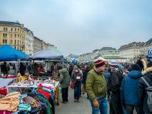 VIENNA, AUSTRIA - FEBBRAIO 2018: Naschmarkt è mercato delle pulci il fine settimana più popolare del mercato a Vienna, Austria fotografia stock libera da diritti