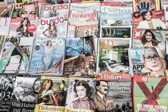 Vienna, Austria - 15 gennaio 2019: Scaffale di rivista variopinto sulla via di Vienna Stampa quotidiana di media stampati sulle l immagini stock libere da diritti
