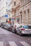 Vienna, Austria - 6 giugno 2018: Parcheggio in una fila nel centro urbano immagini stock