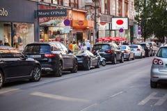 Vienna, Austria - 6 giugno 2018: Parcheggio in una fila nel centro urbano fotografia stock
