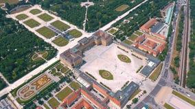 VIENNA, AUSTRIA, - GIUGNO 2019: Vista aerea del palazzo di Schonbrunn, precedente residenza imperiale di estate, attrazione turis archivi video